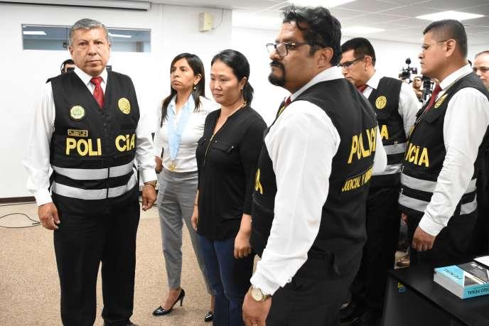 La Péruvienne Keiko Fujimori, entourée de policiers après avoir entendu sa sentence lors d'une audience au tribunal de Lima, le 20 janvier 2020.