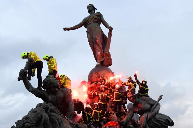 Manifestation des pompiers place de la Nation à Paris, le 28 janvier.