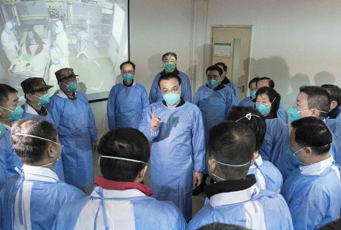 Le premier ministre chinois Li Keqiang, en visite dans un hôpital de Wuhan, dans la province du Hubei, le 27 janvier.