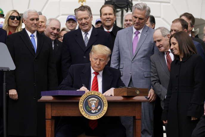 Donald Trump signe l'ac ord avec le Canada et le Mexique lors d'une cérémonie à la Maison blanche, à Washington, le 29 janvier.
