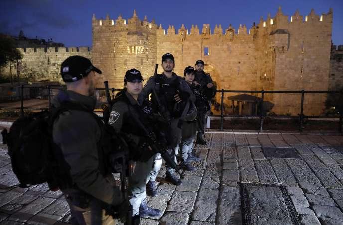 Des membres de la police aux frontières israélienne près de la vieille ville de Jérusalem, le 29 janvier.