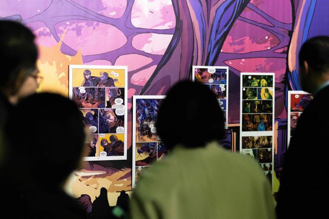 Des visiteurs à l'exposition «Robert Kirkman, Walking Dead et autres mondes pop» au 47e Festival international de la bande dessinée d'Angoulème, mercredi 29 janvier.