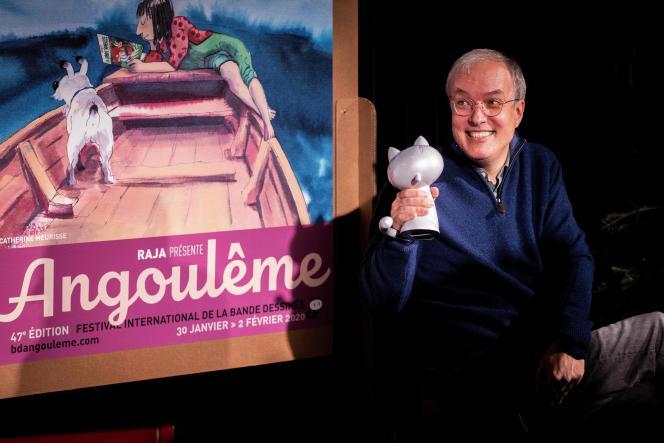 Emmanuel Guibert reçoit le Grand Prix d'Angoulême, lors de la 47e édition du Festival international de la bande dessinée, le 29 janvier.