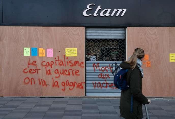 Un magasin Etam fermé, lors d'une journée de mobilisation contre la réforme des retraites, à Paris, le 17 décembre 2019.