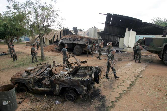 Le camp de la force française«Licorne» à Bouaké, en Côte d'Ivoire, le 10novembre 2004, six jours après son bombardement.
