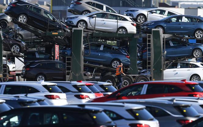 Des voitures Opel sont livrées à l'usine d'Ellesmere Port, alors propriété de Vauxhall, en mars 2017.