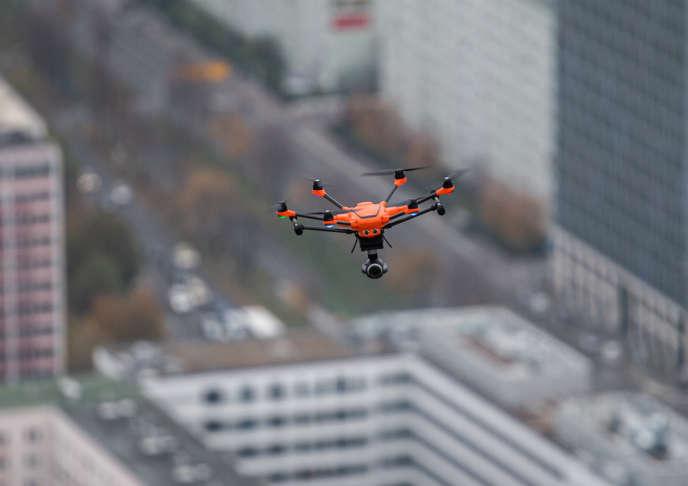 Un drone survole Berlin, le 13 novembre 2019.