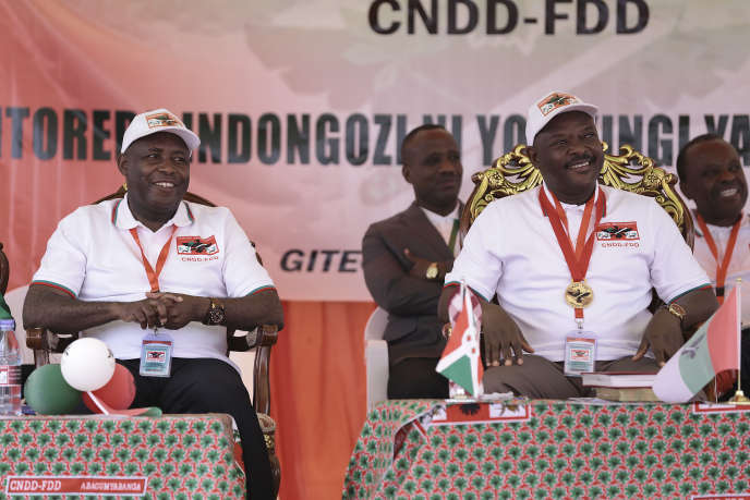 Le général Evariste Ndayishimiye (à gauche) et le président Pierre Nkurunziza, lors du congrès du CNDD-FDD, à Gitega, au Burundi, le 26janvier 2020.