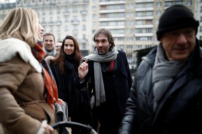Cédric Villani en campagne dans le quartier des Batignolles à Paris, le 25 janvier.