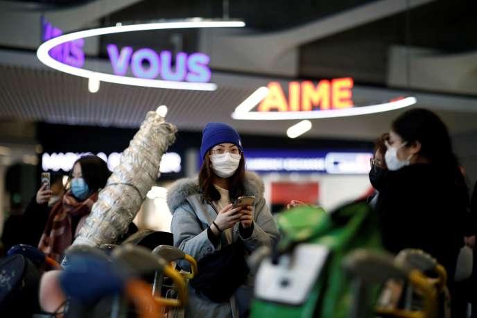 Des touristes chinois arrivent depuis Pékin à l'aéroport Charles-de-Gaulle, près de Paris, le 26 janvier.