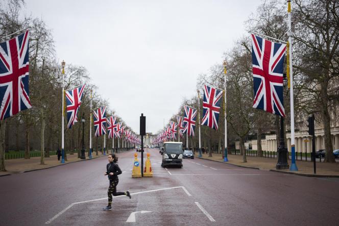 The Mall, boulevard situé entre Trafalgar Square et Buckingham Palace, a été décoré de lignes d'énormes drapeaux du Union Jack, en préparation de la journée du Brexit.