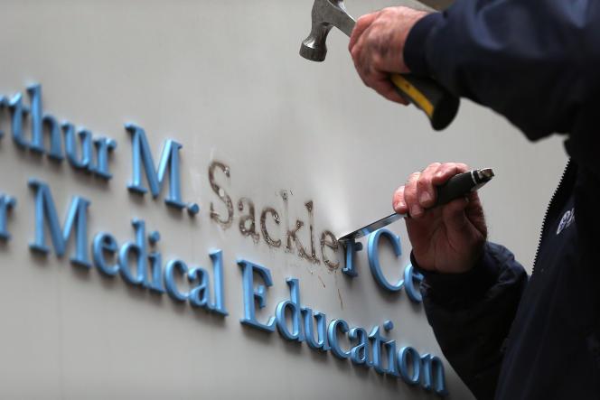 Le nom de Sackler, famille propriétaire de Purdue, est retiré d'un bâtiment de l'université Tufts, à Boston, le 5 décembre 2019.