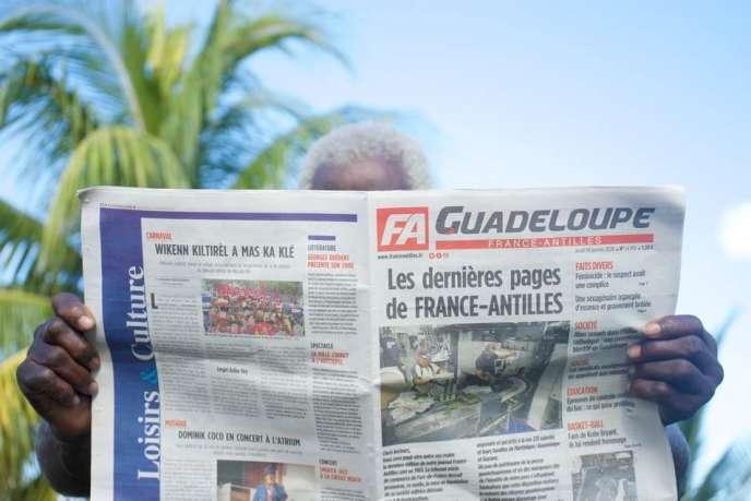 Un homme tient le dernier numéro du journal régional «France-Antilles», le30janvier2020, à Pointe-à-Pitre, dans l'archipel d'outre-mer français de la Guadeloupe.