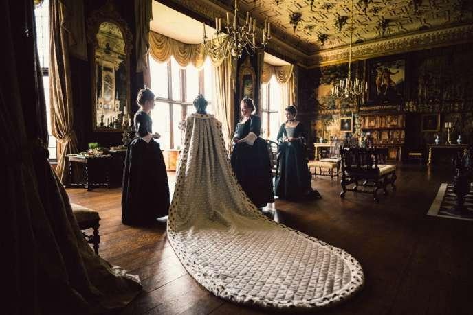 Emma Stone (Abigail Hill), Olivia Colman (la reine Anne, au centre, de dos), Rachel Weisz (Sarah Churchill, duchesse de Marlborough).