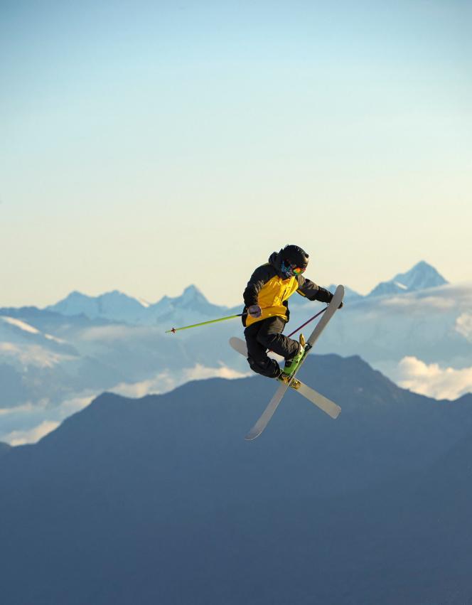 Un skieur dans les airs, à Saas-Fee, Valais, en Suisse.