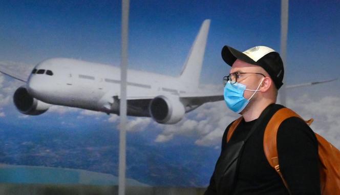 A l'aéroport de Kiev-Boryspil, un touriste ukrainien rentre de Chine, jeudi 30 janvier. La réduction des vols internes et de certains vols internationaux, notamment d'Europe en direction de la Chine, a des incidences sur la demande de carburant pour l'aviation.
