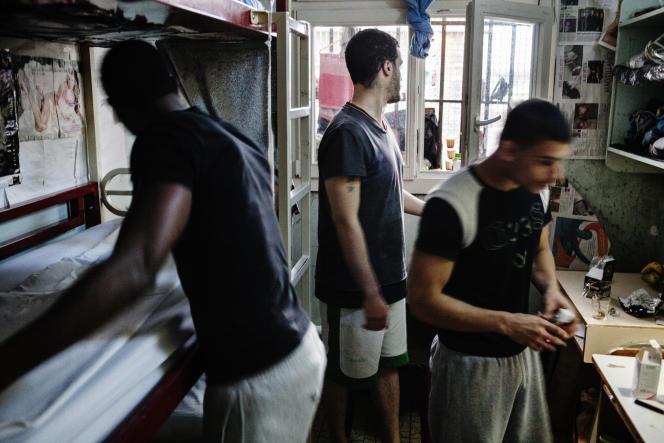 Extrait d'une série photographique de Grégoire Korganow : «Trois personnes détenues dans 9 mètres carrés. Une maison d'arrêt en France, en 2012.»