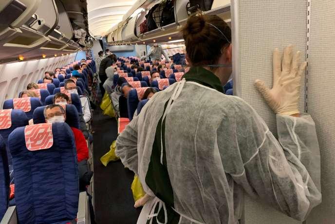 Des citoyens français s'installent à bord d'un avion d'évacuation pour la France, au départ de l'aéroport de Wuhan, Chine, le 30 janvier.