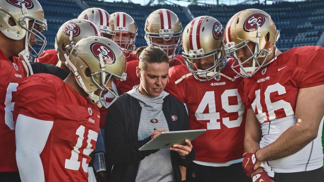 Katie Sowers, une des coaches des San Francisco 49ers, entourée par les joueurs.