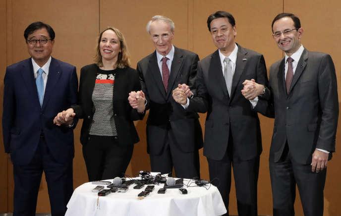 De gauche à droite : le directeur général de Mitsubishi,Osamu Masuko, la directrice générale par intérim de Renault, Clotilde Delbos, le président de l'alliance, Jean-Dominique Senard, le directeur général de Nissan, Makoto Uchida, et le secrétaire général de l'alliance,Hadi Zablit, à Yokohama, lors du conseil opérationnel qui s'est tenu jeudi 30 janvier.