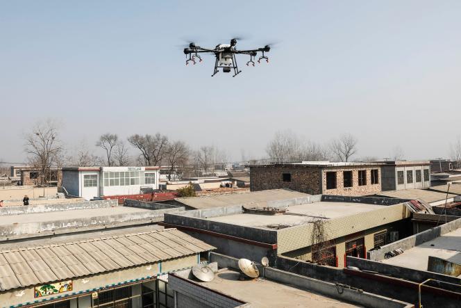 Un drone diffuse du produit désinfectant, le 31janvier, dans la province du Henan.