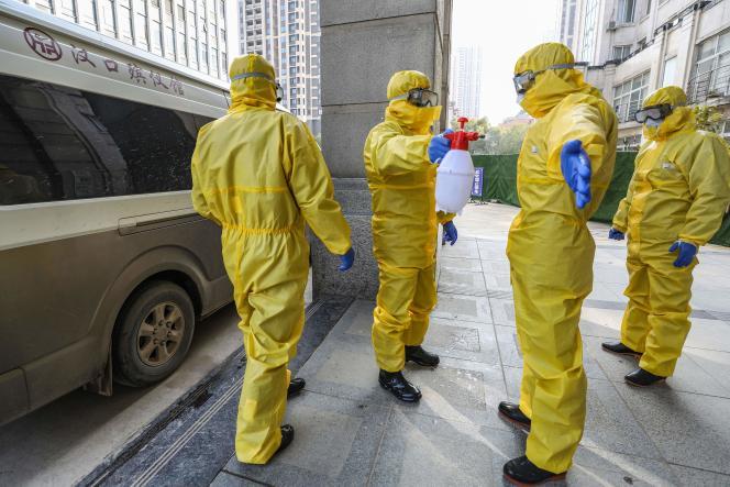 Des employés de pompes funèbres, à Wuhan, le 30 janvier 2020.