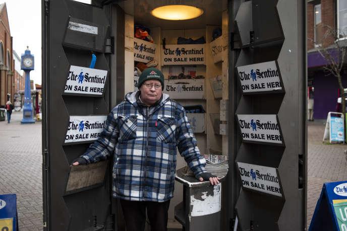 Keith devant son kiosque qui vend The Sentinel, à Stoke-on-Trent, le matin du 31 janvier.