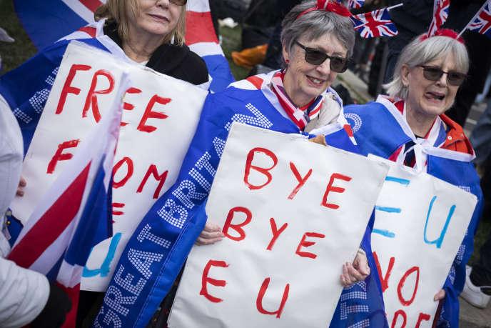 Les partisans de Brexit rassemblés devant le Parlement avant les célébrations fêtant la sortie de l'Union européenne, à Londres, le 31 janvier.