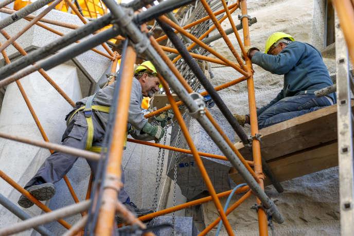 Des ouvriers sur le chantier de la Sagrada Familia, à Barcelone, en mars 2017.