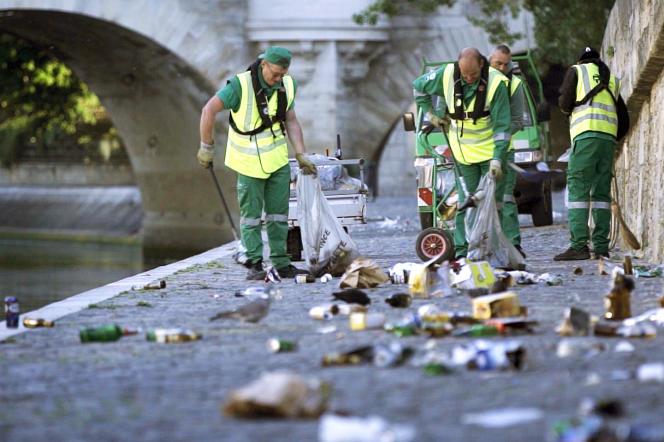 Des agents de la propreté de Paris au travail, Quai de Seine.