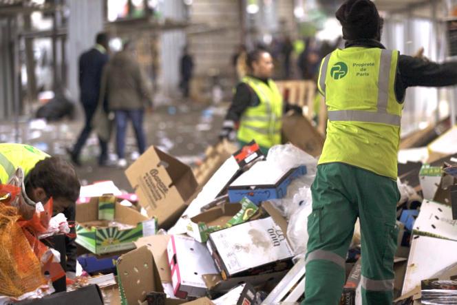 Des agents de la propreté de Paris au travail dans le quartier de Barbès.