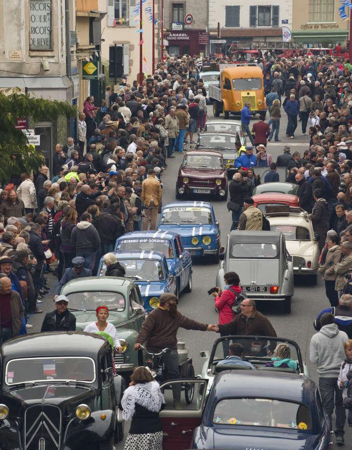Reconstitutiond'un embouteillage rétro à Lapalisse, dans l'Allier,sur la nationale 7,en 2016.