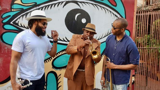 Trombone Shorty et Julian Gosin (The Soul Rebels) échangent avec un musicien cubain. Mercredi 15 janvier 2020. La Havane.