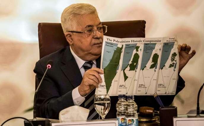 Le président palestinien, Mahmoud Abbas, tient, lors de la réunion de la Ligue arabe samedi 1er février au Caire, une carte qui détaille les pertes de territoire des Palestiniens, depuis«la Palestine historique» jusqu'au projet porté par la Maison Blanche en début de semaine.