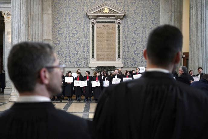 Des avocats en grève manifestent contre le projet de réforme du système des retraites, au palais de justice de Lyon, le 30 janvier.