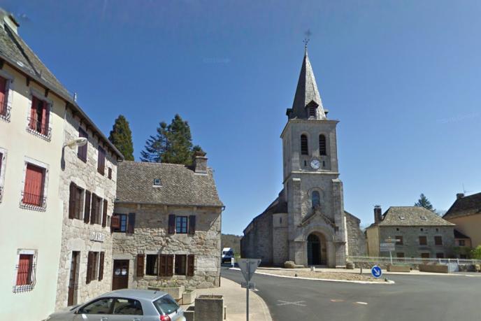 Le centre deMontézic et son église, dans l'Aveyron.