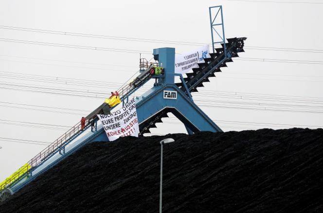 Les militants anti-charbon déploient des banderoles sur la centrale « Datteln 4» qu'ils occupent, dimanche 2 février.