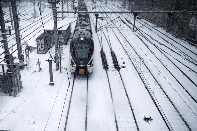 Un train quitte la Gare de l'Est sous la neige, en février 2018.