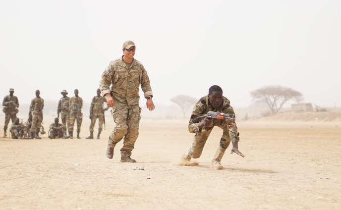 Un soldat des forces spéciales américaines entraîne des militaires nigériens à Diffa, en mars 2017.