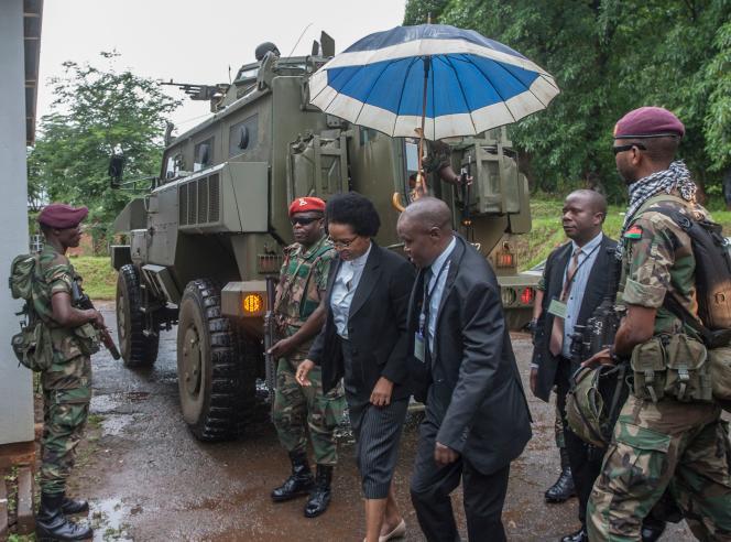 L'arrivée des juges à la Cour constitutionnelle du Malawi, sous escorte militaire.