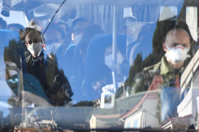 Des citoyens français évacués de Wuhan arrivent par bus àCarry-le-Rouet, près de Marseille, le 31 janvier.