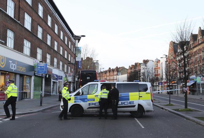 Sur le lieu de l'attaque au couteau au cours de laquelle trois personnes ont été blessées à Londres, dimanche 2 février.
