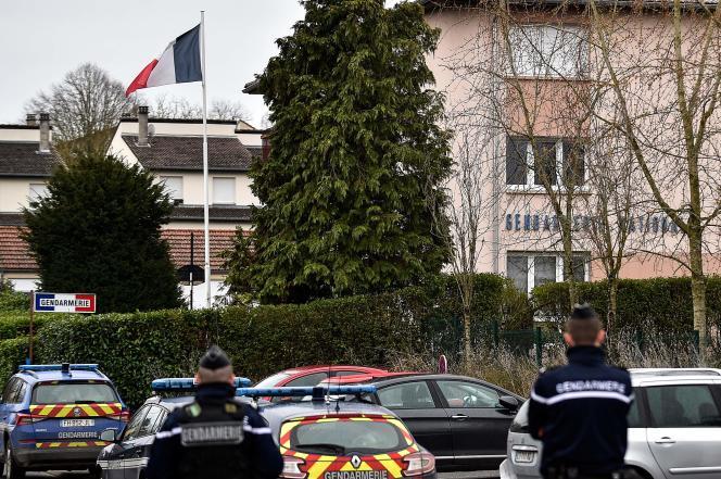 Les alentours de la gendarmerie de Dieuze en Moselle ont été sécurisés après l'attaque par un militaire de 19 ans, blessé à l'abdomen pendant son assaut, lundi 3 février.