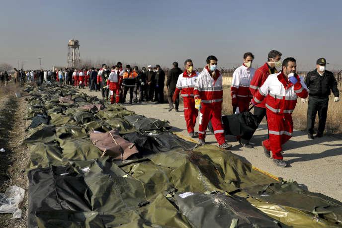 Des sauveteurs sur le site du crash, à Shahedshahr, au sud-ouest de Téhéran, le 8 janvier 2020.