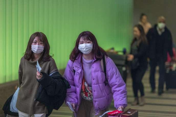 Des passagers en provenance d'Asie arrivent à l'aéroport de Los Angeles (Californie), le2février.