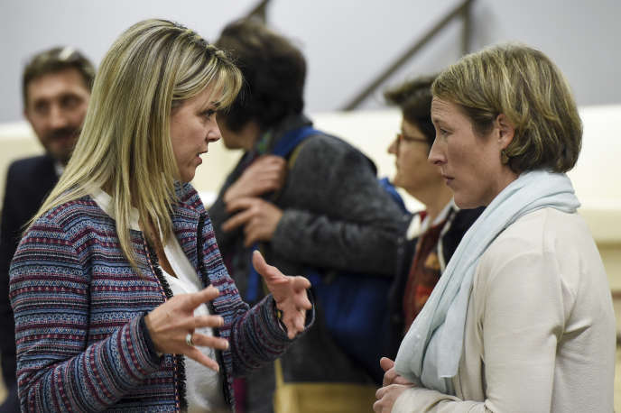 Marie Thibaud (à g.), du collectif Stop aux cancers de nos enfants, et Lisa King, de Santé publique France Pays de la Loire, à Sainte-Pazanne, le 25 novembre 2019.