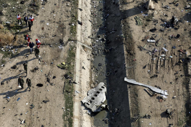 Les secours autour des débris duBoeing737 après son crash àShahedshahrprès deTéhéran, le 8 janvier 2020.