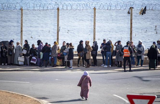 Des femmes attendent pour traverser la frontière entre le Maroc et l'enclave espagnole de Ceuta, le 17janvier 2020.