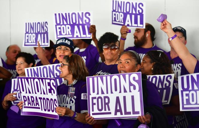 Des employés de l'aéroport international de Los Angeles et des plates-formes Uber et Lyft manifestent pour soutenir le mouvement Unions for All (« syndicats pour tous»), à Los Angeles, le 2 octobre 2019.