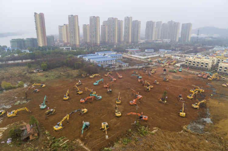 Des dizaines d'engins de terrassement au premier jour de la construction de l'hôpital Huoshenshan, dans la banlieue sud-ouest de Wuhan, le 24 janvier.